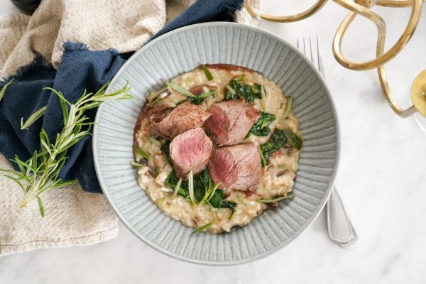 Tallrik med risotto och kött
