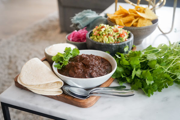 Skål med chili med salsa