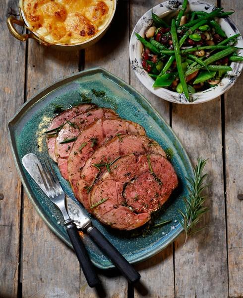 Serveringsfat med skivor av stek toppade med örter